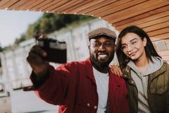 Opgetogen jonge internationale vrienden die een foto maken royalty-vrije stock afbeeldingen