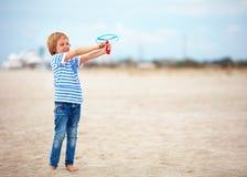 Opgetogen leuke jonge jongen, jong geitje die pret die op zandig strand hebben, de spelen van de vrije tijdsactiviteit met propel Stock Foto