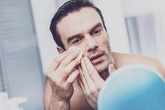 Opgetogen mannelijk model die zijn gezicht afvegen royalty-vrije stock foto's
