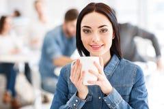 Opgetogen meisje het drinken koffie Royalty-vrije Stock Foto's