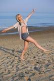 Opgetogen meisje op strand Royalty-vrije Stock Foto's