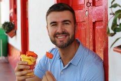 Opgetogen mens die een fruitschotel eten royalty-vrije stock foto