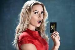Opgetogen mooie vip van de vrouwenholding kaart royalty-vrije stock foto