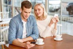 Opgetogen paar die in de koffie rusten royalty-vrije stock foto's