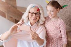 Opgetogen positieve grootmoeder en kleindochter die een foto nemen royalty-vrije stock foto's