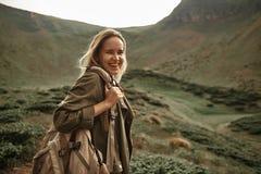 Opgetogen vrouw die terwijl het reizen in de bergen lachen stock afbeeldingen