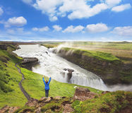 Opgetogen vrouwentoerist op de kust van de waterval Gyullfoss Royalty-vrije Stock Afbeeldingen