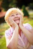 Opgetogenheid. Vervoering. Verraste Glad Grey-Haired Senior Woman Looking omhoog royalty-vrije stock afbeeldingen