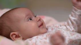 Opgewekt babymeisje stock footage