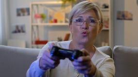 Opgewekt die vrouw het spelen videospelletje met bedieningshendel, aan virtuele wereld wordt gewijd stock footage
