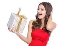 Opgewekt gelukkig meisje met een heden Stock Foto's