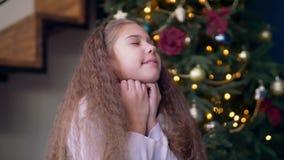Opgewekt kind die de Kerstman vragen om wensen te vervullen stock video