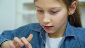 Opgewekt meisje wat betreft het scherm van tablet terwijl online het spelen van spelen stock videobeelden