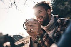 Opgewekt over zijn avontuur Knappe jonge mens in warme kleding stock afbeeldingen