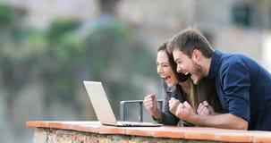 Opgewekt paar die online inhoud in laptop vinden stock footage