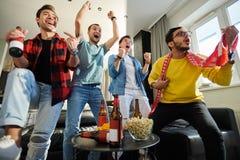 Opgewekt voetbalspel op TV royalty-vrije stock foto