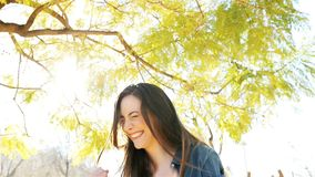 Opgewekt vrouw het vieren succes in een park stock videobeelden
