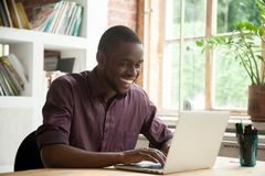 Opgewekte Afrikaanse Amerikaanse gelukkig met goed bedrijfsnieuws stock afbeeldingen