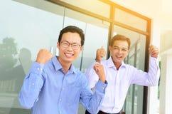 Opgewekte Aziatische zakenlieden royalty-vrije stock afbeelding