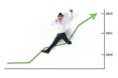Opgewekte Aziatische zakenman die met grafiek springt Royalty-vrije Stock Fotografie