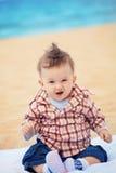 Opgewekte babyjongen Stock Foto