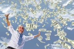 Opgewekte bedrijfsmens met geldregen tegen hemel Royalty-vrije Stock Afbeeldingen