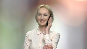 Opgewekte bedrijfsvrouw die op telefoon spreken stock video