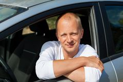 Opgewekte bestuurder die de sleutels van zijn nieuwe auto houden Stock Afbeeldingen
