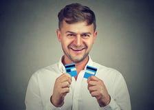 Opgewekte die mens met creditcards wordt gedaan stock foto