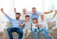 Opgewekte familie op bank Royalty-vrije Stock Afbeelding