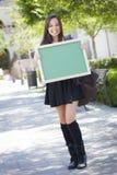 Opgewekte Gemengde Ras Vrouwelijke Student Holding Blank Chalkboard Royalty-vrije Stock Fotografie