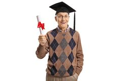 Opgewekte hogere mens met een een graduatiehoed en diploma royalty-vrije stock foto's