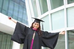 Opgewekte Indische vrouwelijke gediplomeerde stock foto's