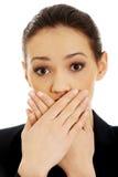 Opgewekte jonge bedrijfsvrouw die haar mond behandelen royalty-vrije stock afbeeldingen
