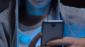 Opgewekte jonge kerel het doorbladeren inhoud voor volwassenen op smartphone zonder oudercontrole stock videobeelden