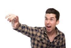 Opgewekte jonge mens die vinger richten Royalty-vrije Stock Foto