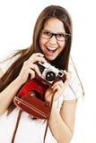 Opgewekte jonge vrouw die houdend een camera schreeuwt Royalty-vrije Stock Foto's