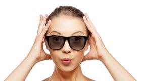 Opgewekte jonge vrouw in zwarte 3d glazen Stock Foto's
