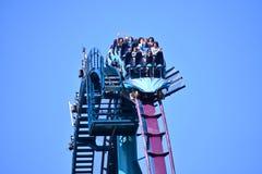 Opgewekte jongen in de eerste rij, die van ontzagwekkende achtbaan geniet bij Seaworld-Themapark royalty-vrije stock foto's