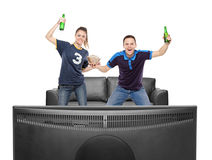 Opgewekte jongen en meisjes het letten op sport op een TV Royalty-vrije Stock Afbeelding