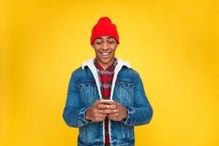 Opgewekte kerel die nieuwe smartphone onderzoeken Royalty-vrije Stock Afbeeldingen