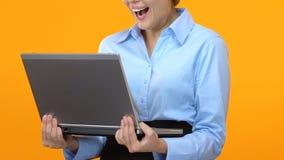 Opgewekte laptop van de bedrijfsdameholding en wauw het zeggen, aandelen beklommen, markt stock video