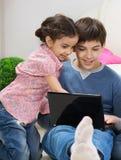 Opgewekte last en zuster met laptop Royalty-vrije Stock Afbeeldingen