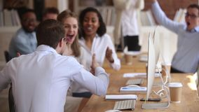 Opgewekte mannelijke arbeider die goed nieuws met het gelukkige team vieren delen stock videobeelden