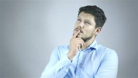Opgewekte mens die een groot die idee richten - over een grijze achtergrond wordt geïsoleerd stock videobeelden