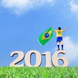 Opgewekte mens met de vlag van Brazilië Stock Afbeeldingen