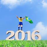 Opgewekte mens met de vlag van Brazilië Stock Afbeelding