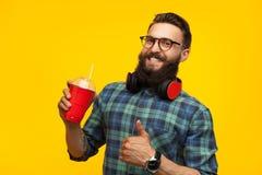 Opgewekte mens met gezonde drank in studio royalty-vrije stock afbeeldingen