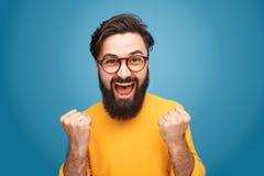 Opgewekte mens met omhoog vuisten stock fotografie
