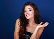 Opgewekte mooie make-upvrouw die en oops teken h tonen grimassen trekken royalty-vrije stock foto's